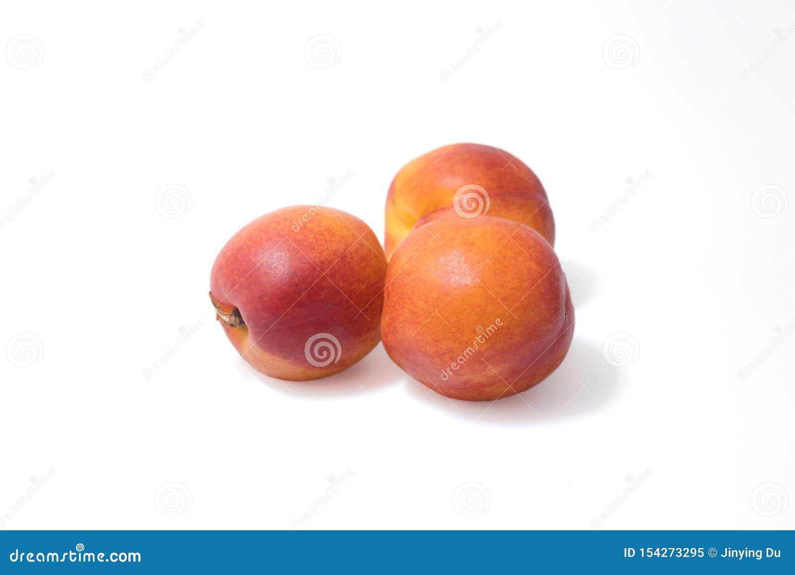 Nectarina, nectarina roja, con el fondo blanco
