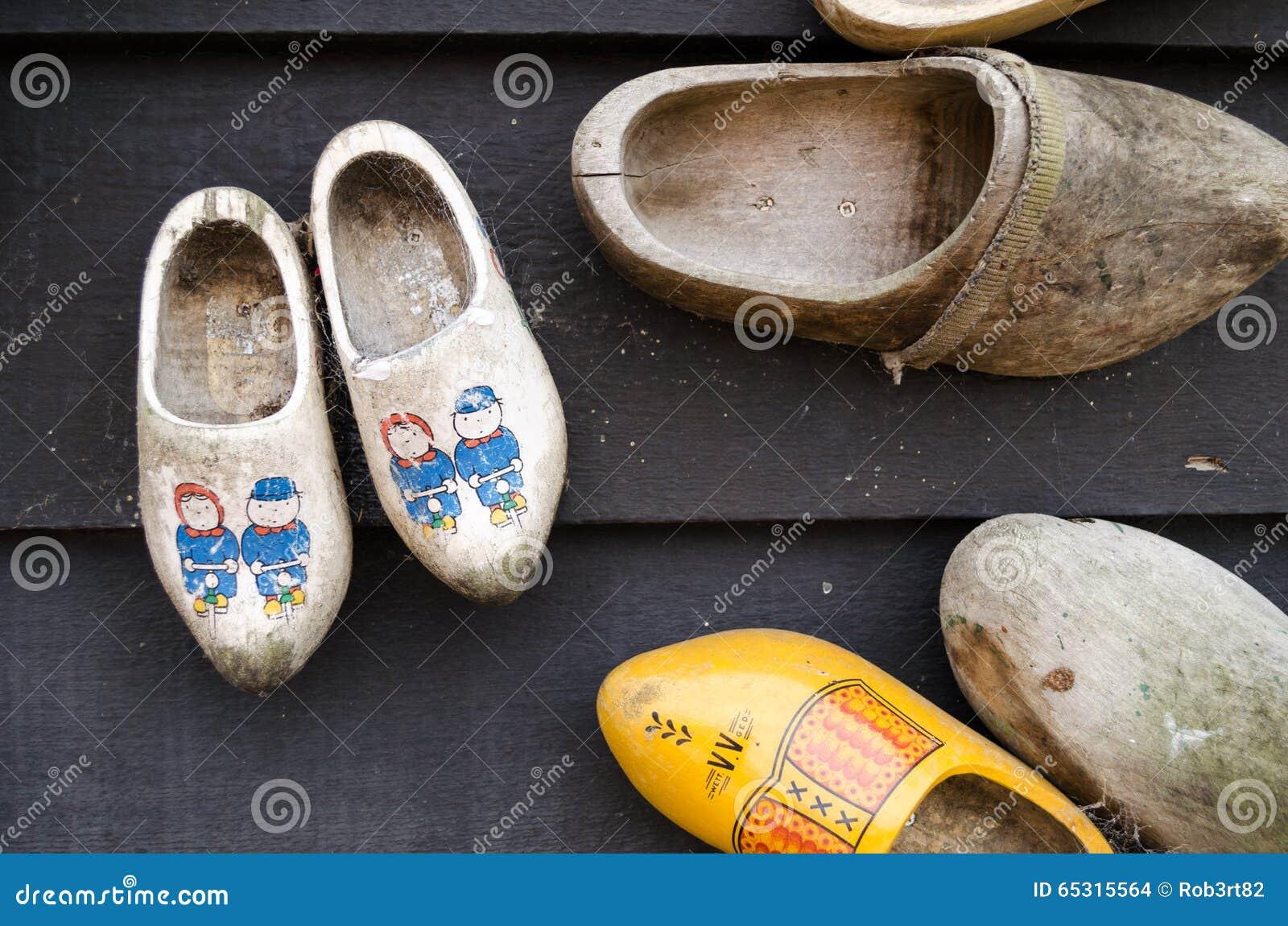 Nederlandse houten schoenen die op een muur als decoratie hangen stock foto afbeelding 65315564 - Decoratie geel ...