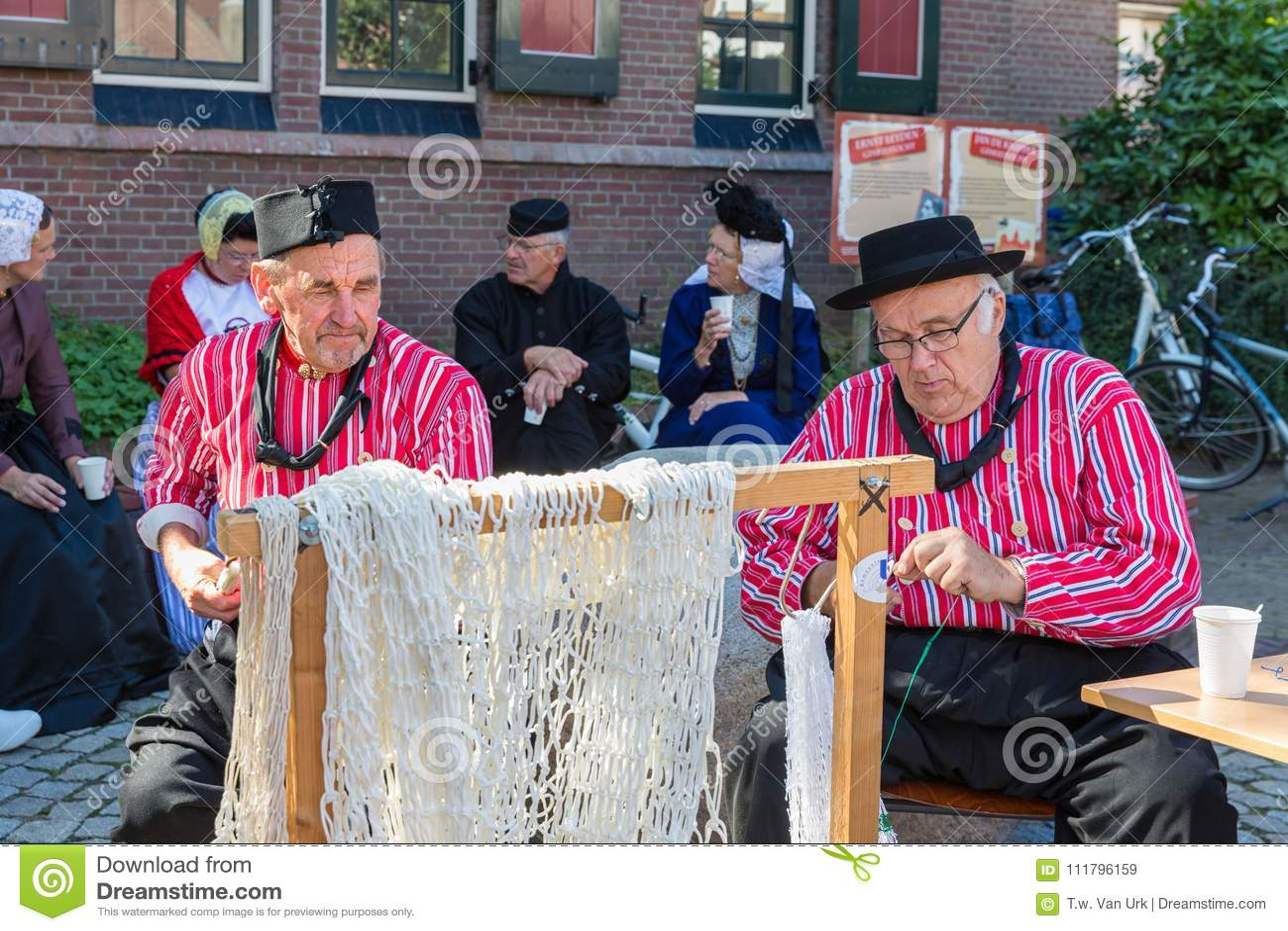 Nederlandse Kleding.Nederlandse Markt Met Mensen Die In Traditionele Kleding Visnetten
