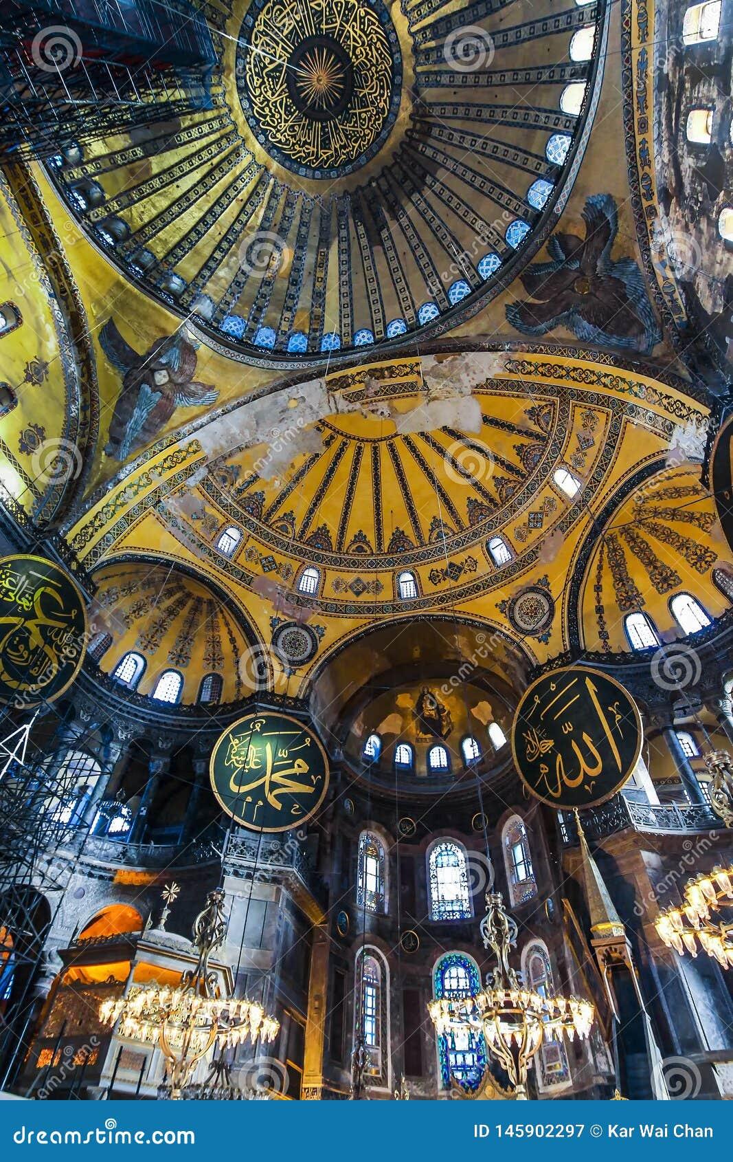 Nedersta upp inre sikt av Hagiaen Sophia som visar ?verkanten av den huvudsakliga kupolen med islamisk text
