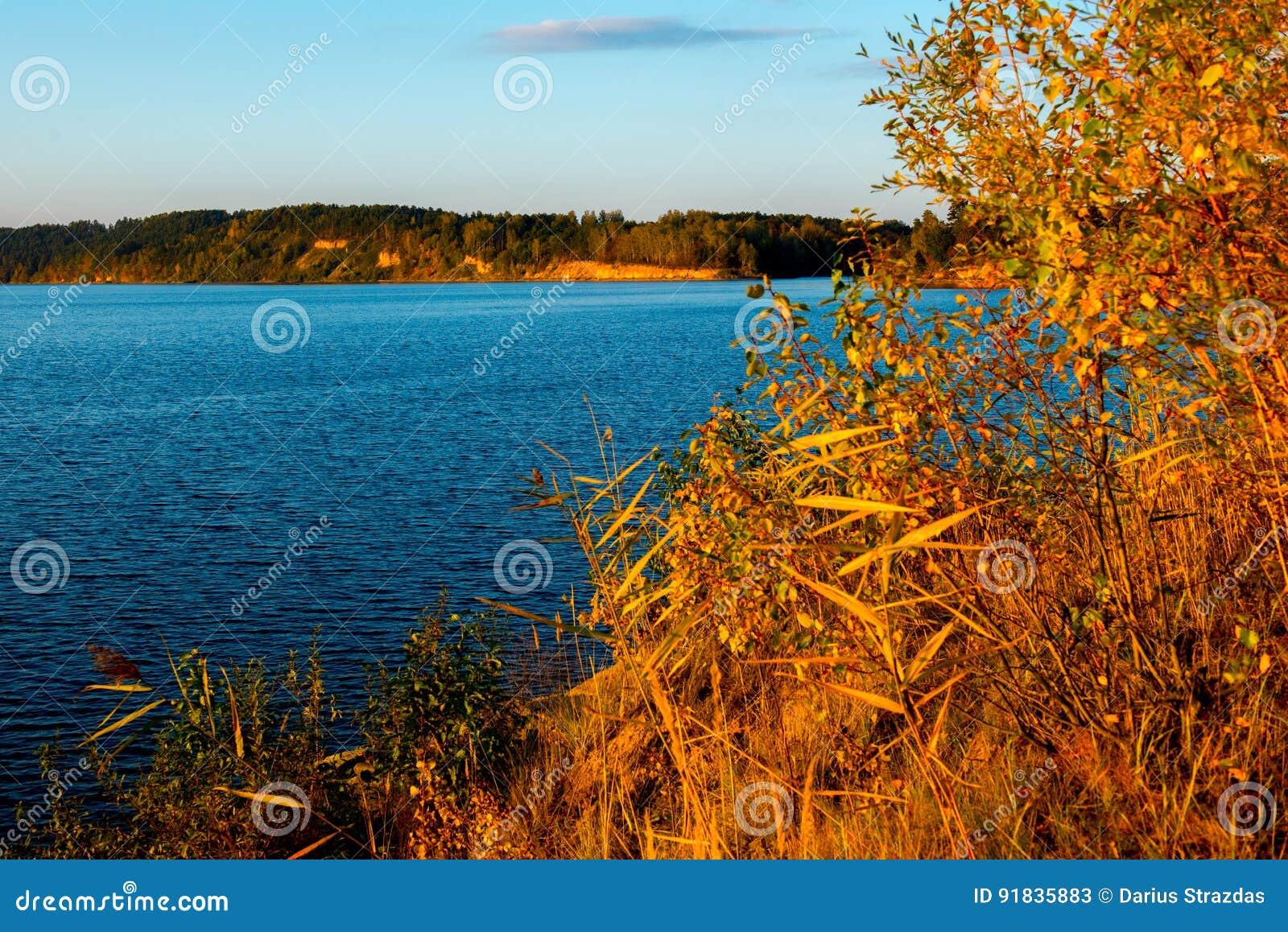 Nedgångsidor och blått vatten