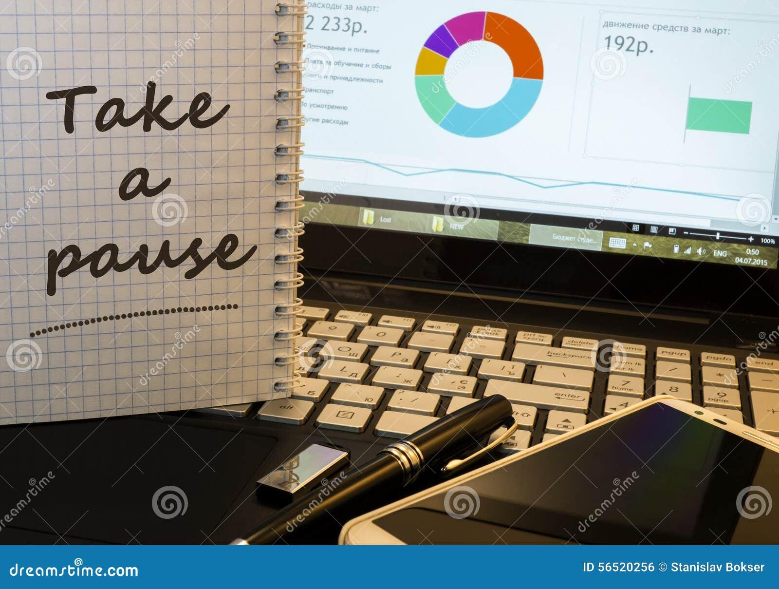 Neem een pauze in blocnote op bureau werkende plaats