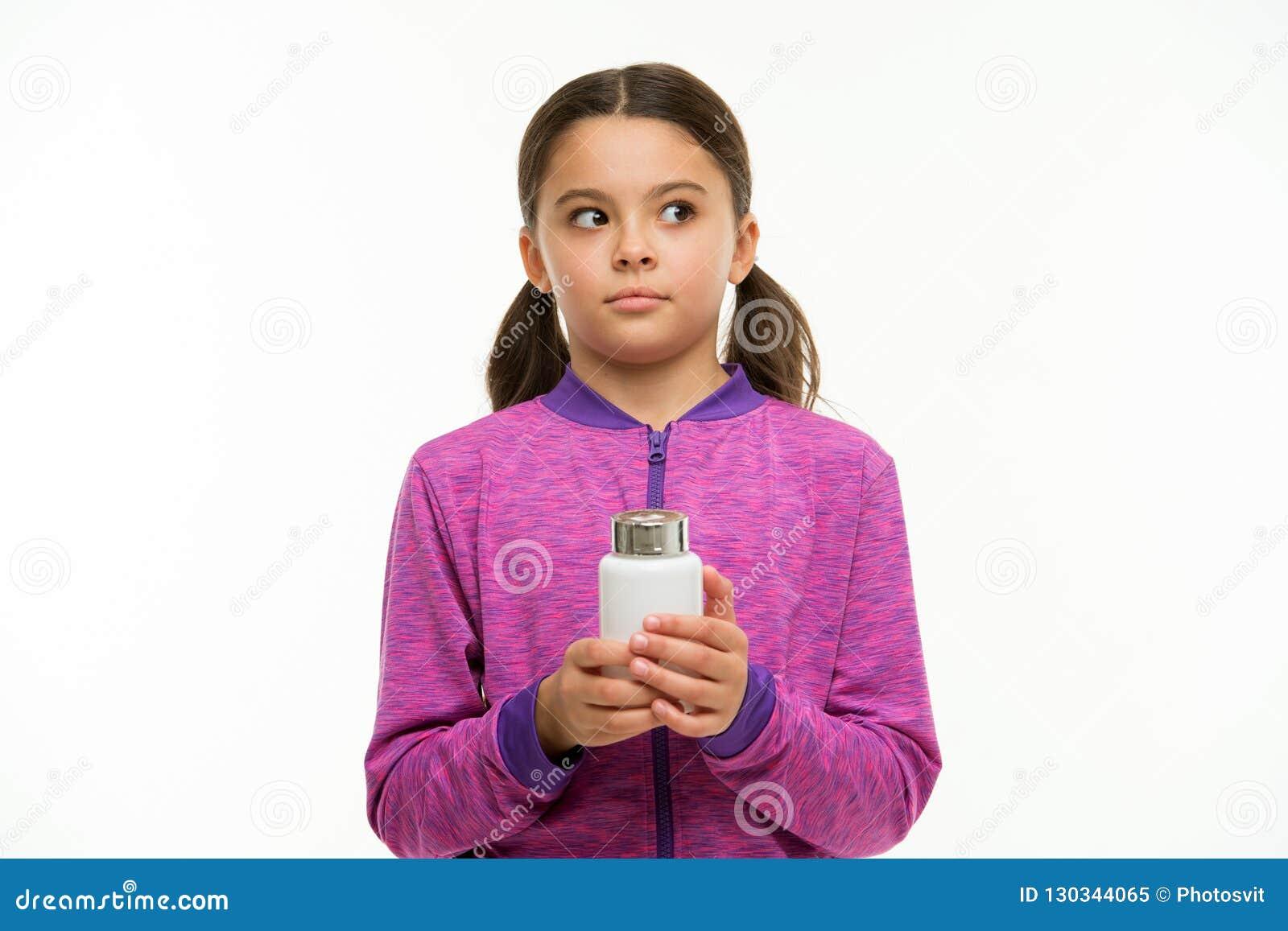 Neem vitaminesupplementen Het voedzame lichaam van de dieethulp gezond is Omzichtige de greep plastic fles van het meisjes isolee