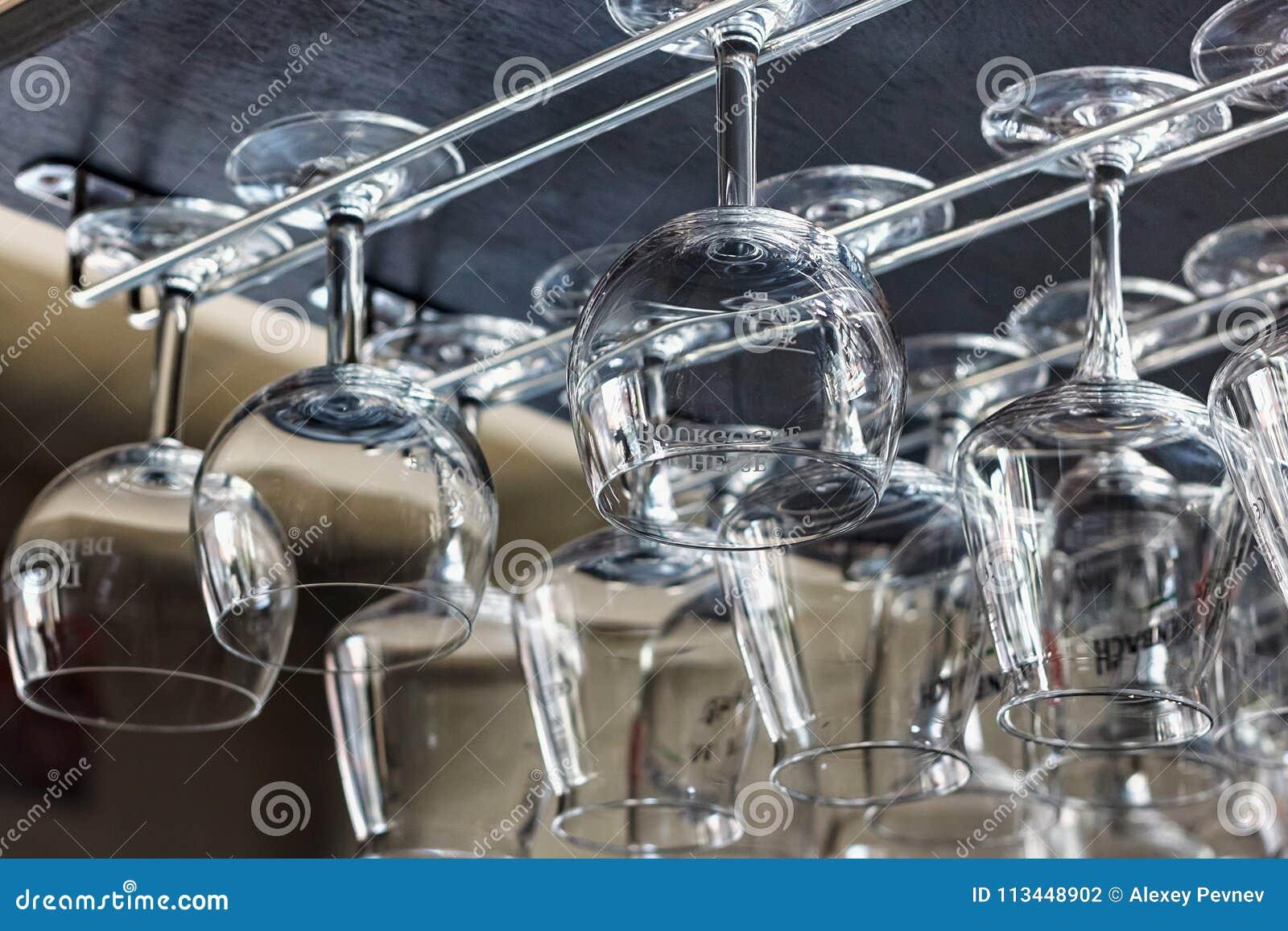 NEERIJSE,比利时- 2014年9月05日:倒空比利时啤酒的Duchesse De布戈尼干净的玻璃