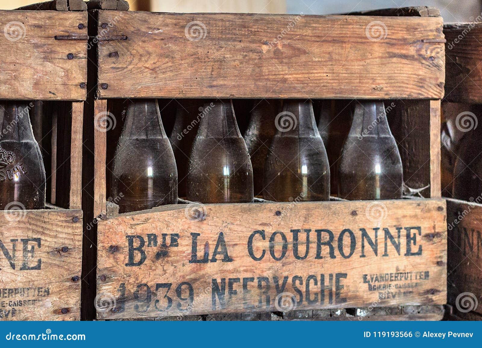 NEERIJSE,比利时- 2014年9月05日:有老葡萄酒啤酒瓶的木箱在啤酒厂De Kroon在Neerijse