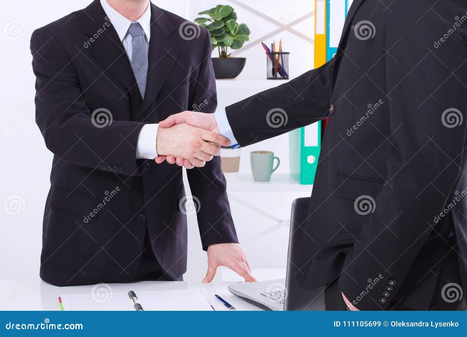 Negócio de negócio Conceito da reunião da parceria com aperto de mão bem sucedido dos homens de negócios no fundo do escritório F