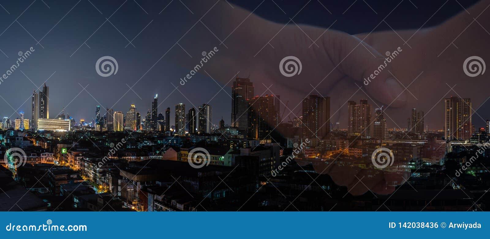 Negócio do homem de negócio com a bandeira moderna da cidade da noite