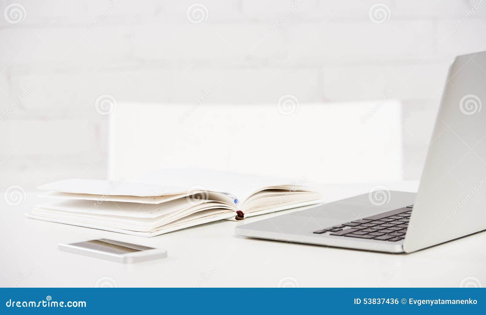 Negócio do local de trabalho caderno, portátil, PC, telefone celular, pena