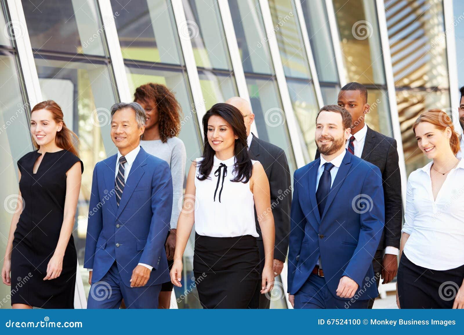 Negócio multicultural Team Outside Modern Office