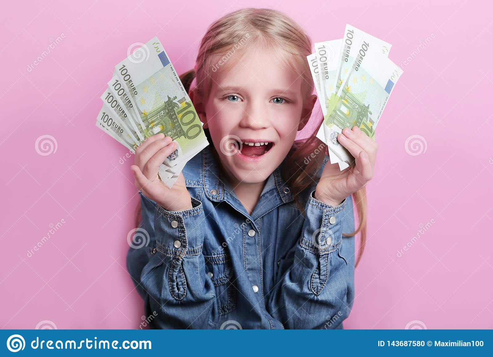 Neg?cio e conceito do dinheiro - menina feliz com euro- dinheiro do dinheiro sobre o fundo cor-de-rosa