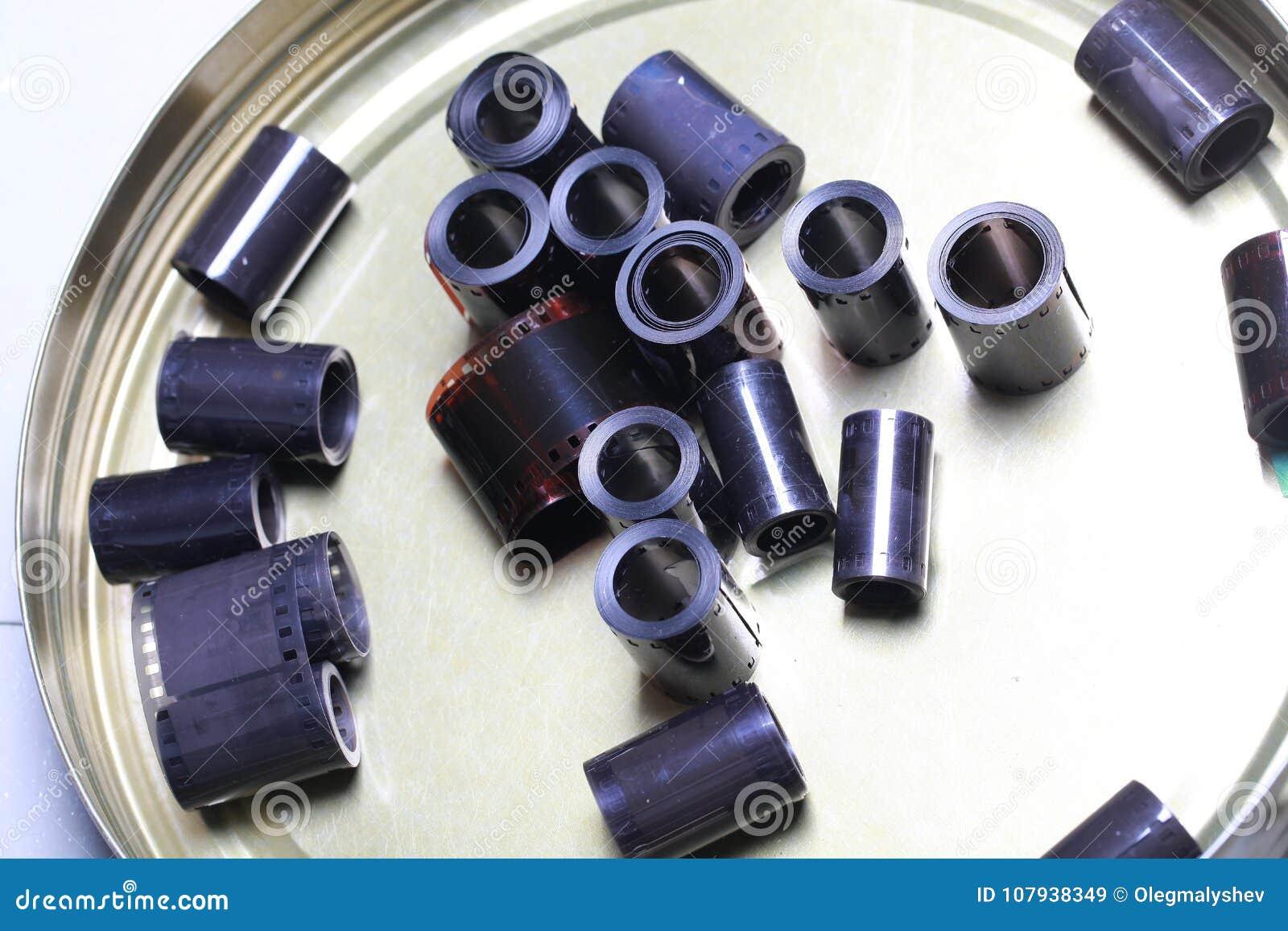 Negativas del archivo de la película en una poder redonda del metal