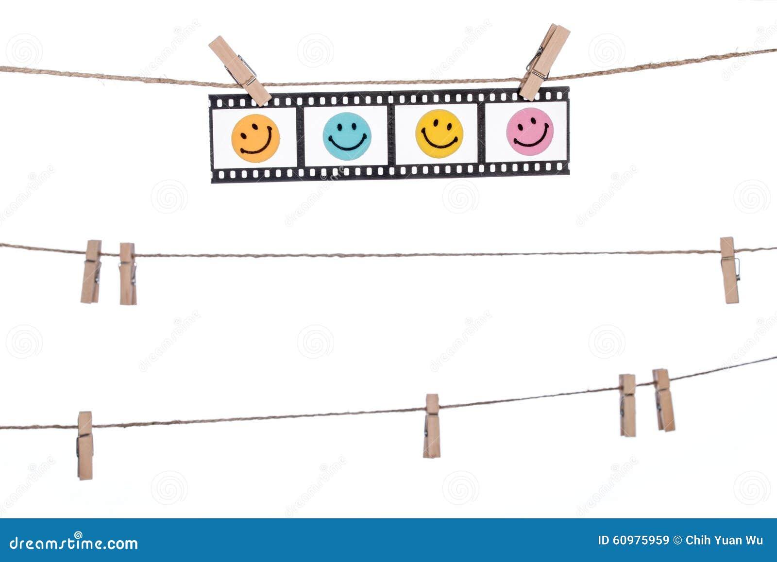 Negativas fotográficas colgantes con la cara sonriente, comedia l feliz
