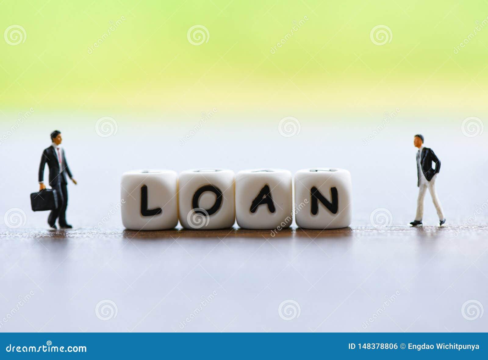 Negocia??o financeira do empr?stimo do homem de neg?cios para o emprestador e o devedor/conselheiro financeiro da reuni?o para o
