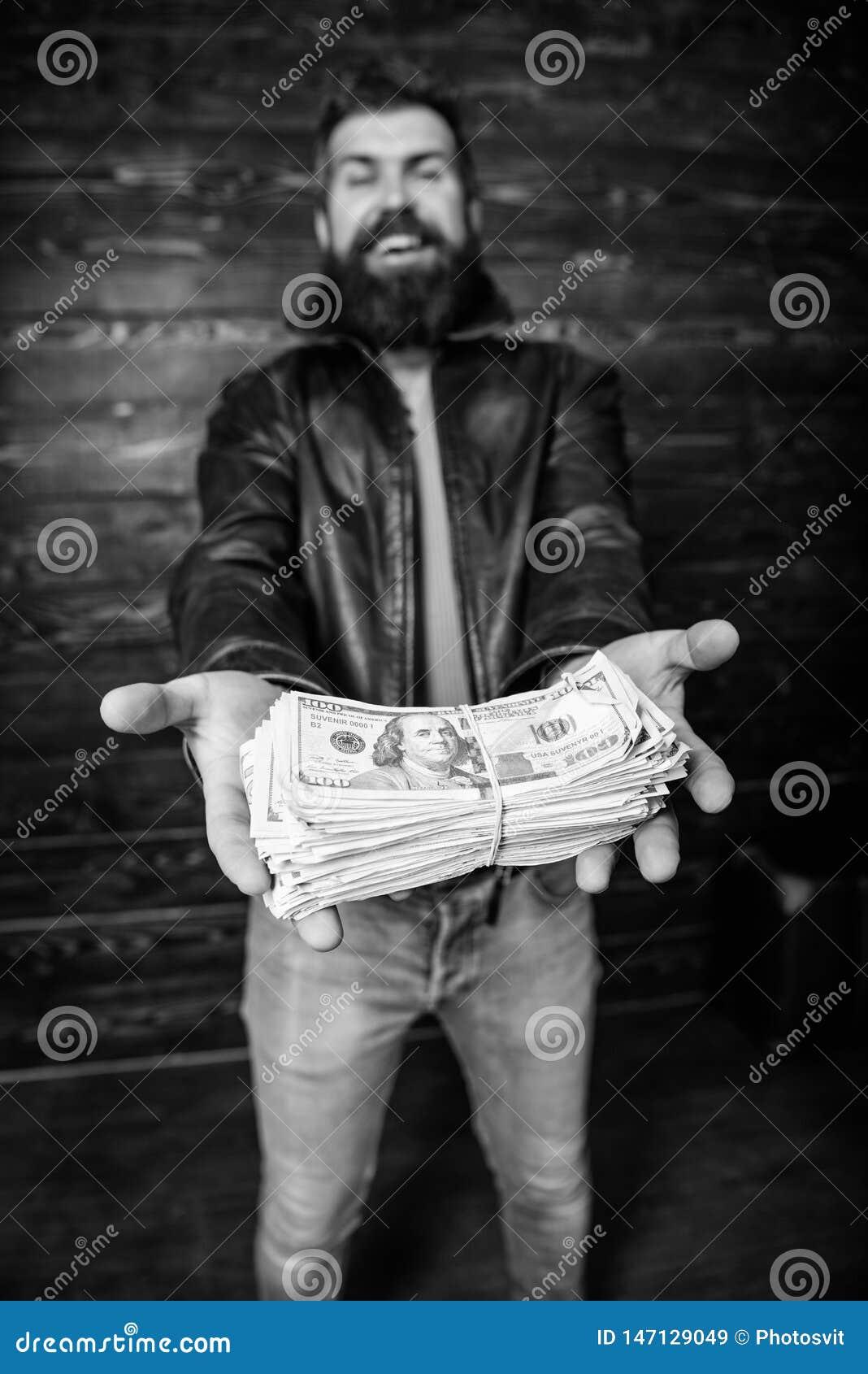 Negociante da m?fia do indiv?duo com lucro do dinheiro Casaco de cabedal farpado brutal do desgaste do moderno do homem e para gu