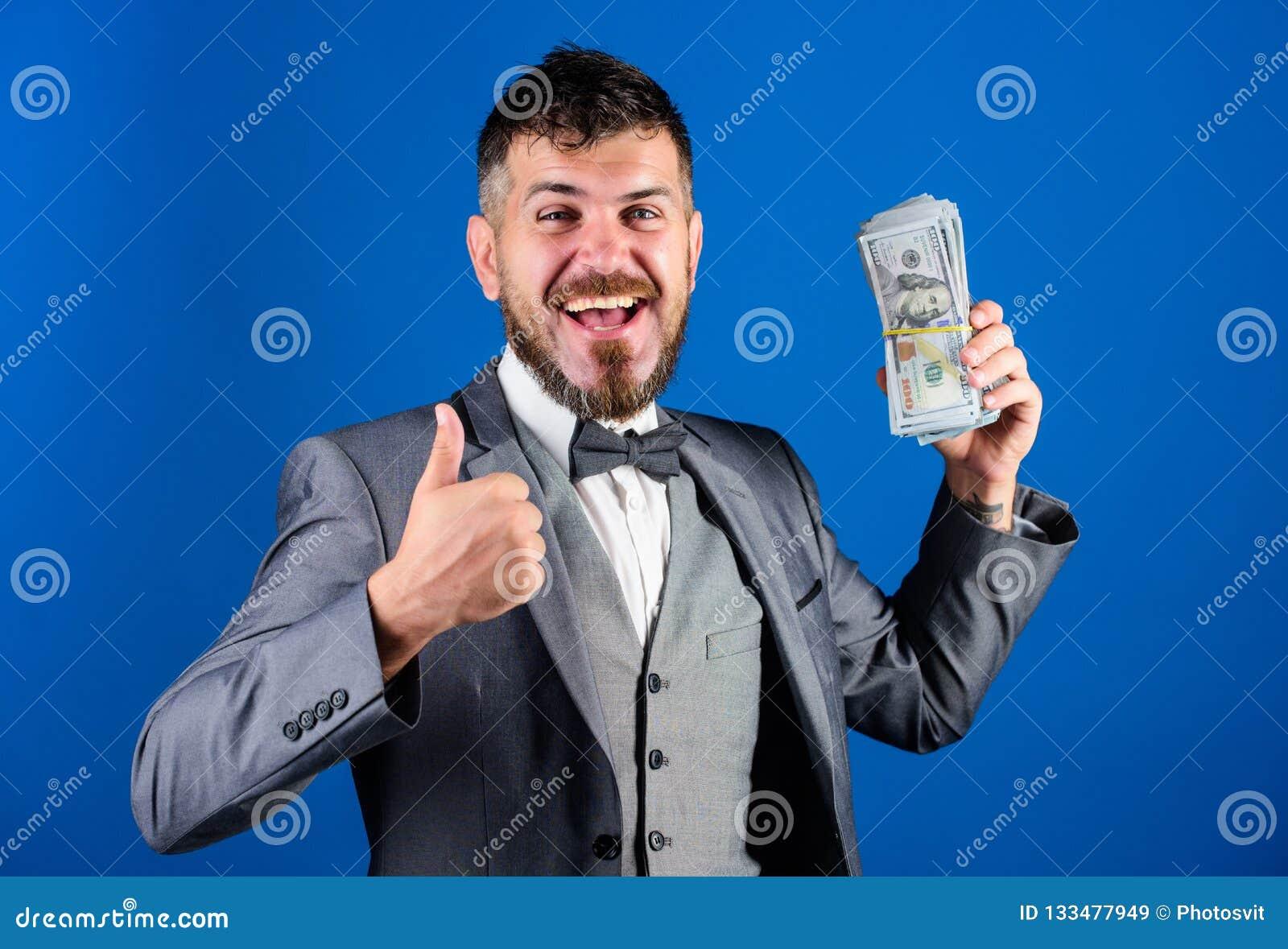 Negocio de la transacción de efectivo Pila rica del control del ganador feliz del hombre de fondo azul de los billetes de banco d