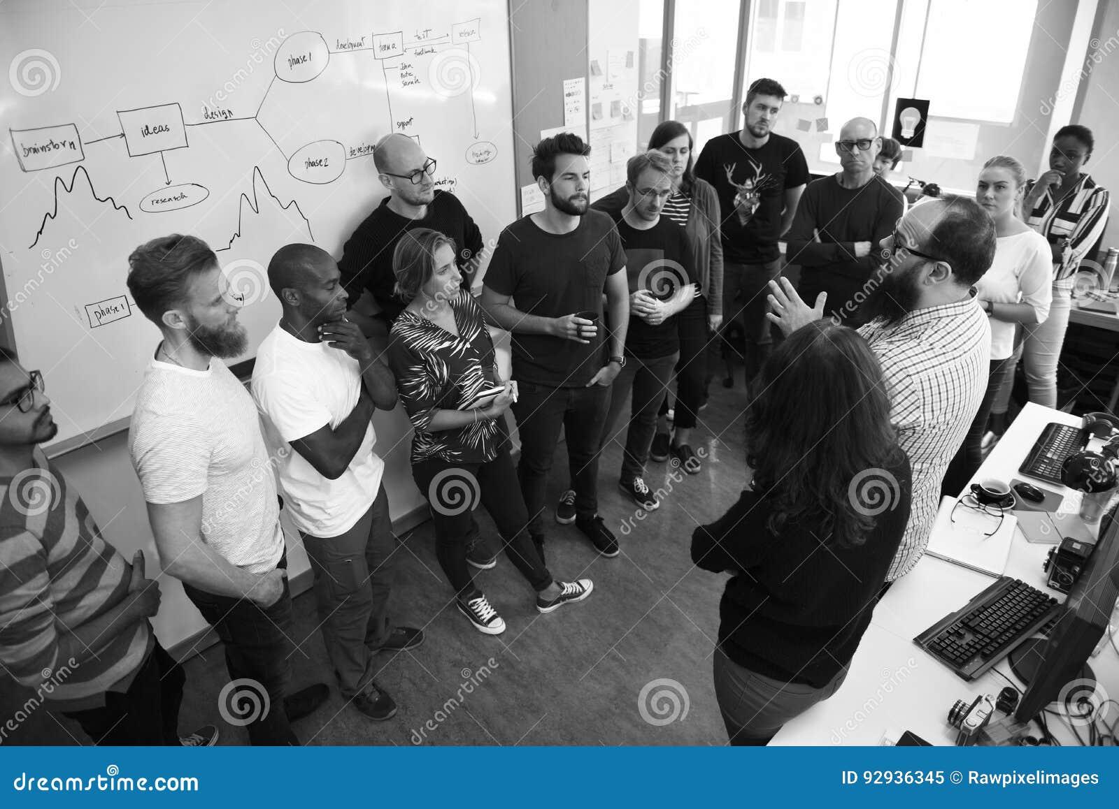 Negocio de lanzamiento Team Brainstorming en taller de la reunión