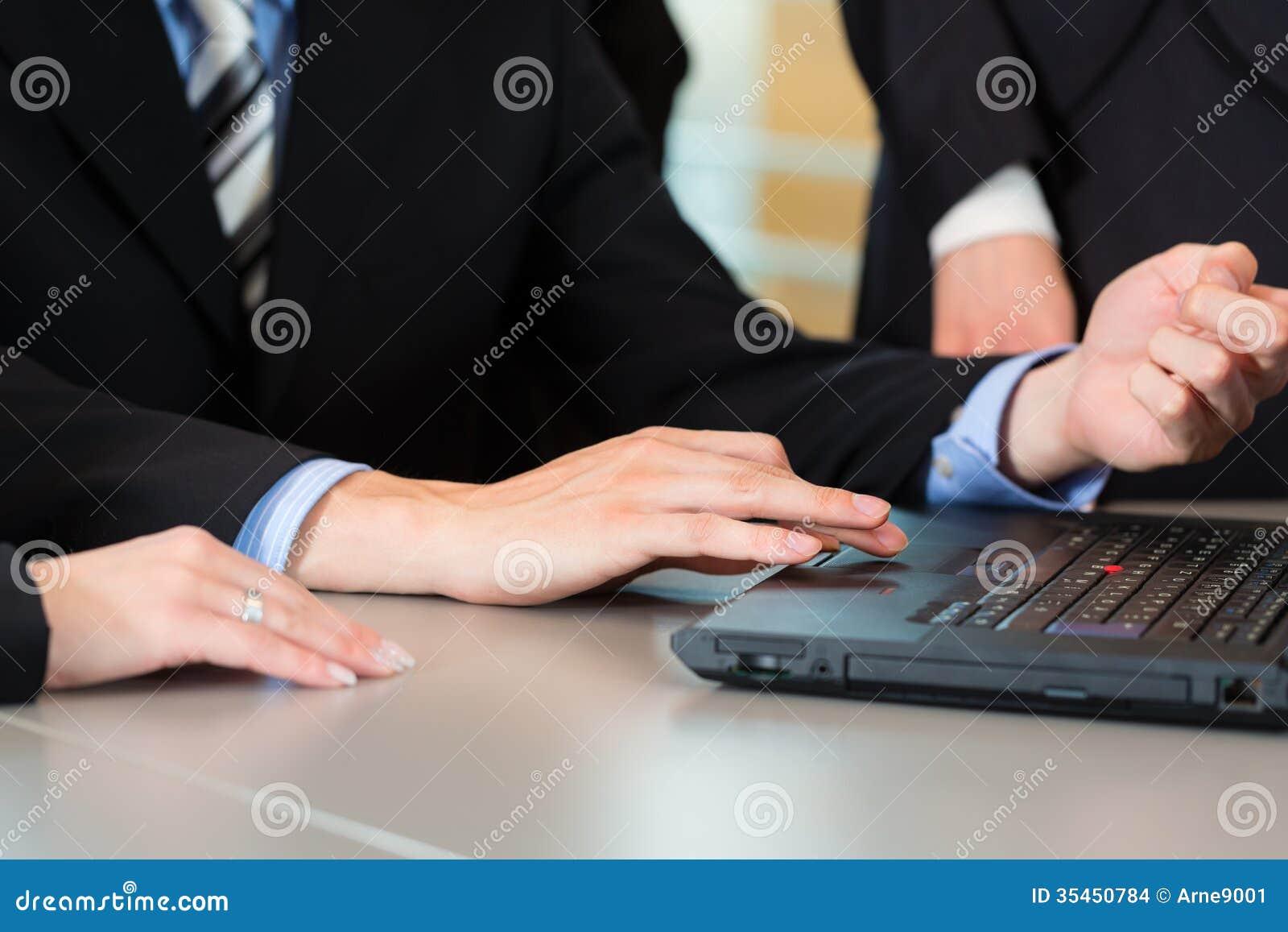 Negocio - los empresarios tienen reunión del equipo en una oficina
