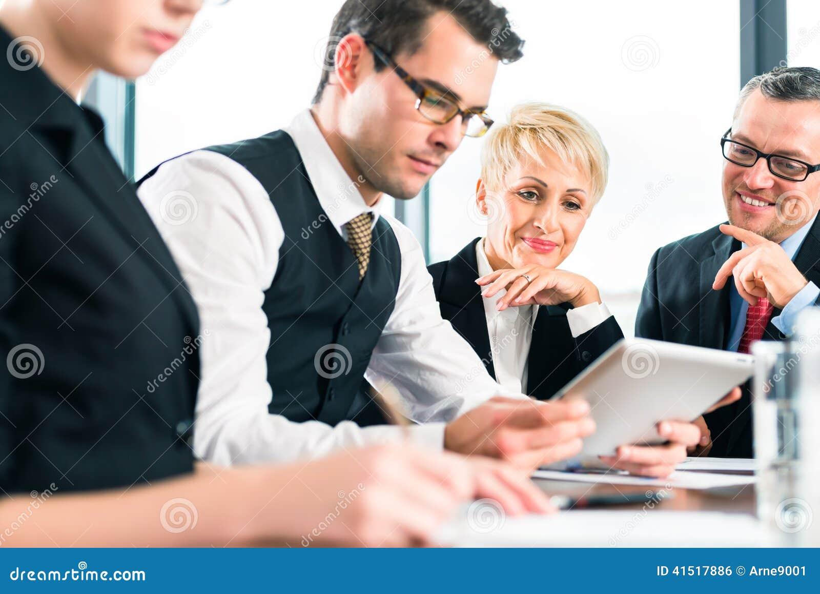 Negocio - reunión en la oficina, equipo que trabaja con la tableta