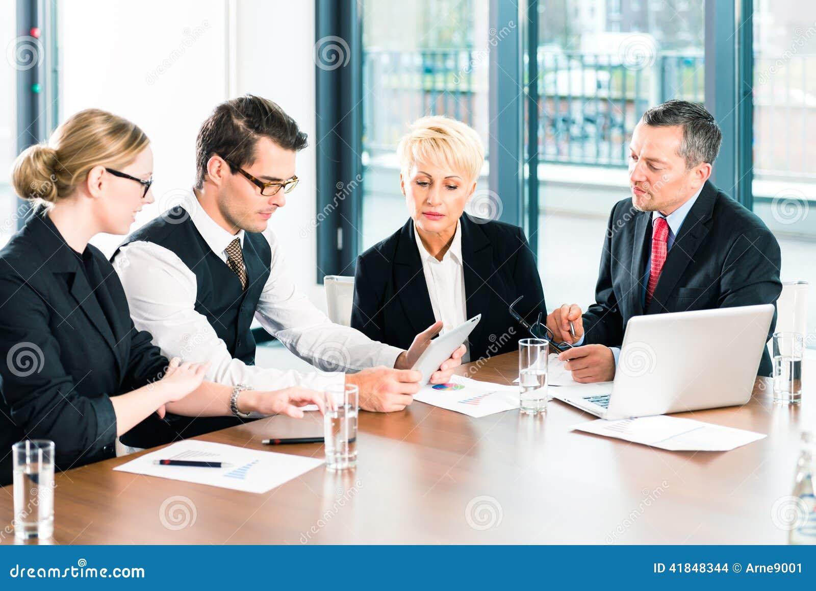 Negocio - reunión en la oficina, gente que trabaja con el documento