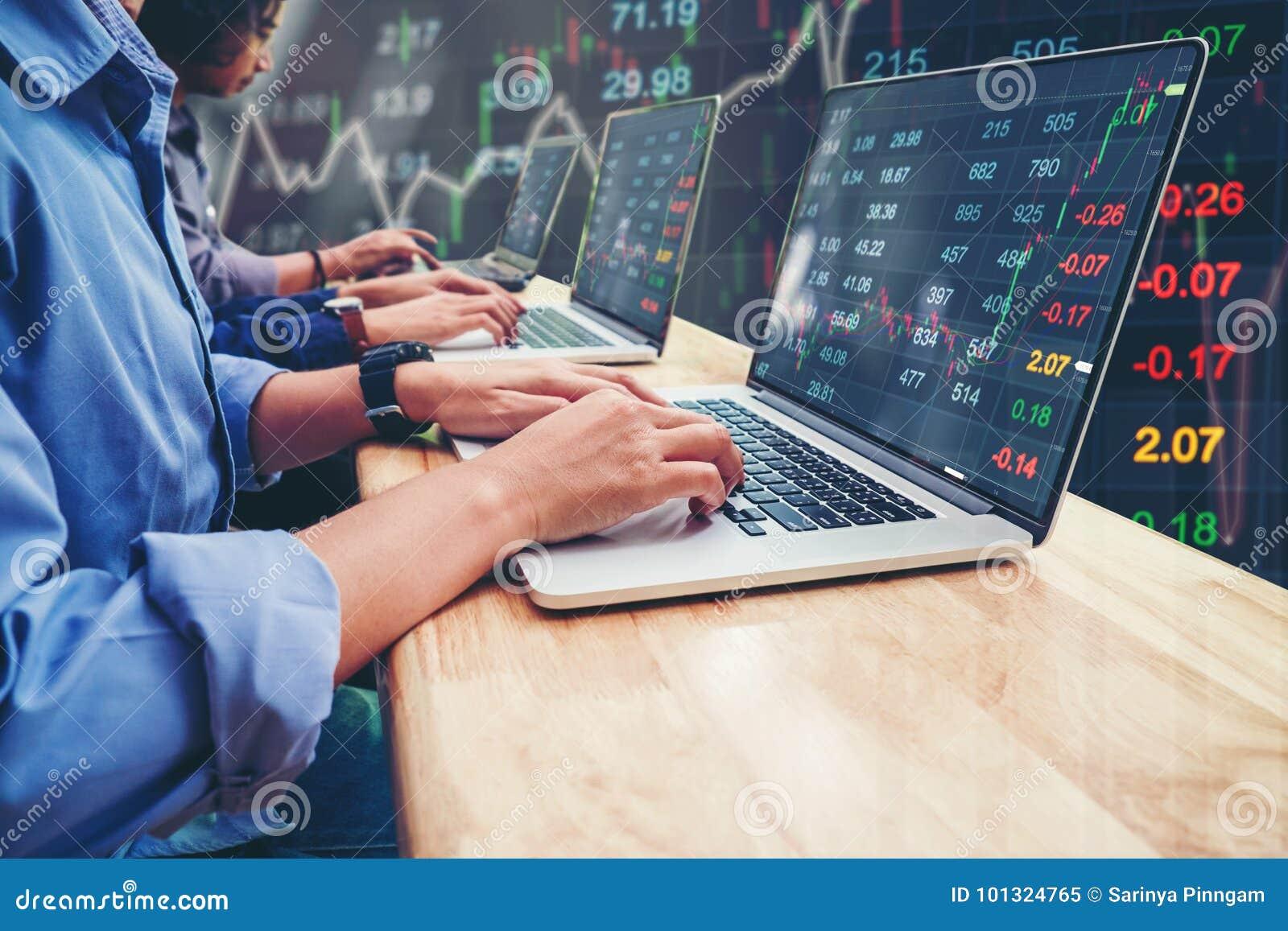 Negocio Team Investment Entrepreneur Trading que trabaja en el ordenador portátil