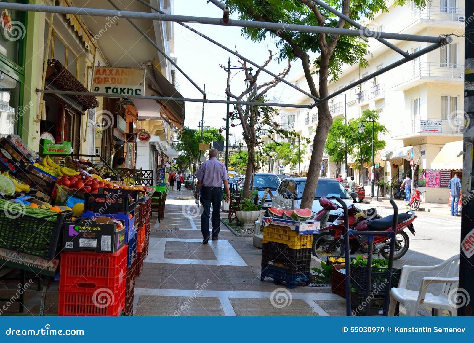Negozio di alimento sulla via della città di Loutraki