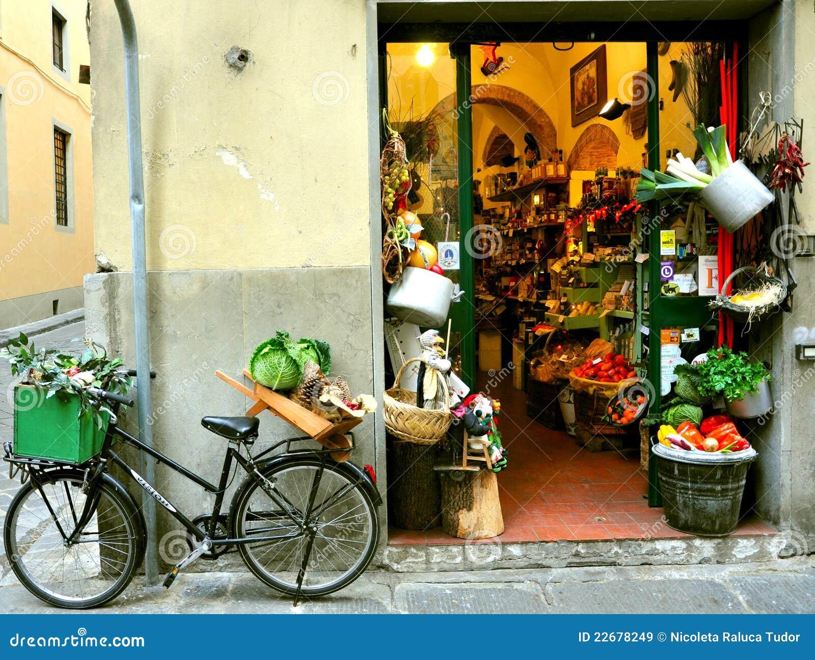 Negozio di drogheria tipico in Italia