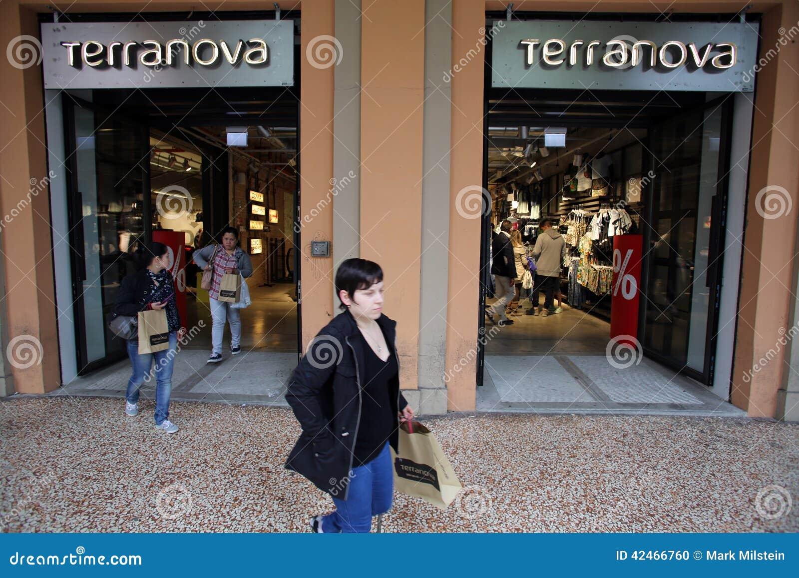 7558c556ffe0 NEGOZIO DI VESTITI DI TERRANOVA Immagine Editoriale - Immagine di ...