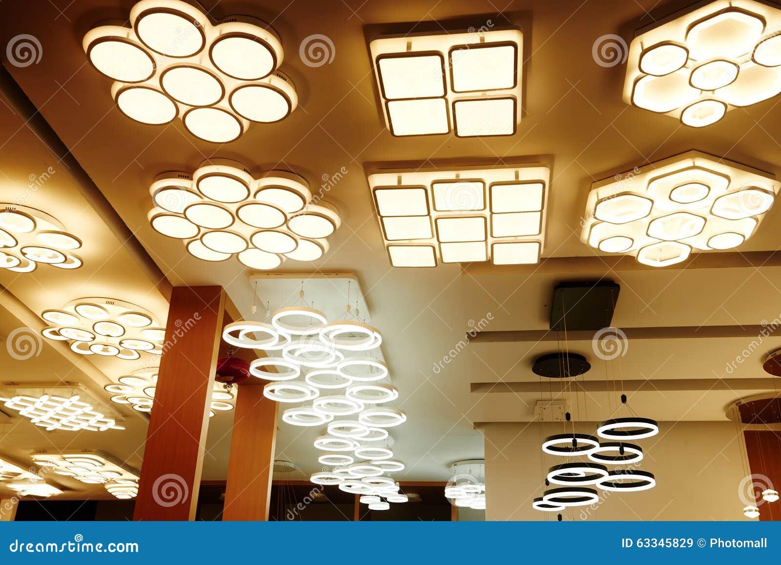 Plafoniere Da Negozio : Negozio principale di illuminazione soffitto immagine stock