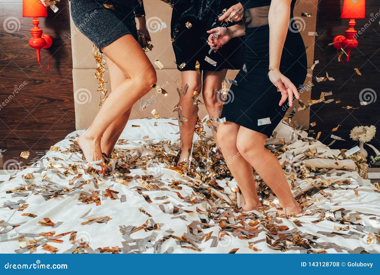 Negro de las mujeres del confeti de la alegría de la diversión de las hembras del partido