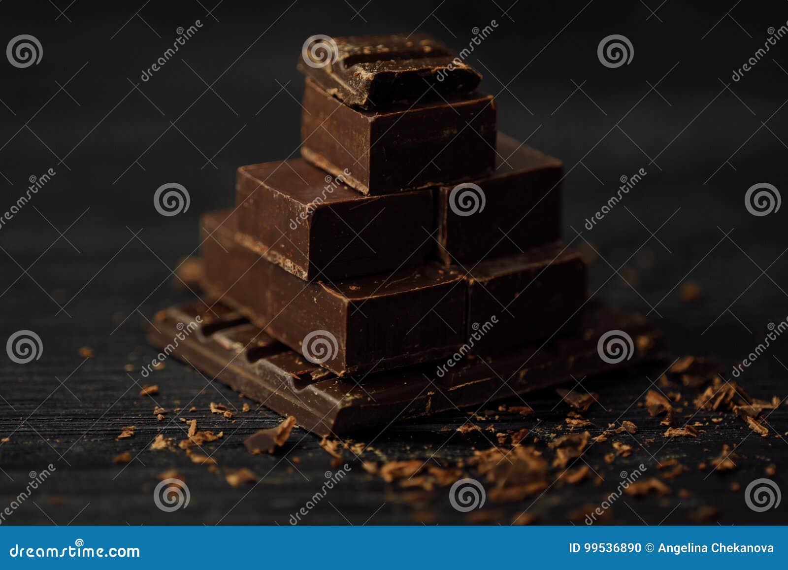 Negro Delicioso Y Chocolate Con Leche En Un Fondo Marron Foto De - Marron-y-chocolate