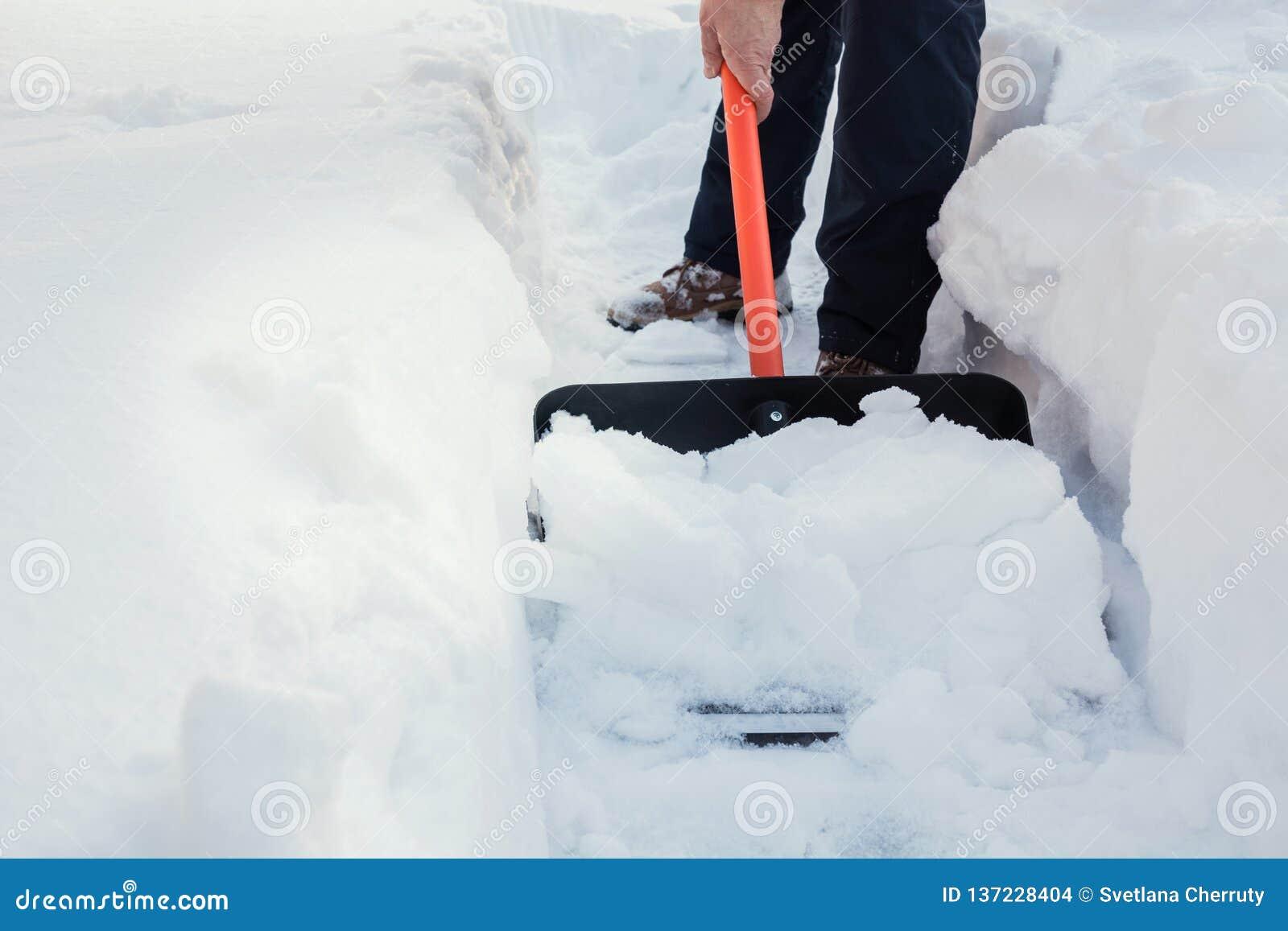 Neige de dégagement d homme par la pelle après des chutes de neige outdoors