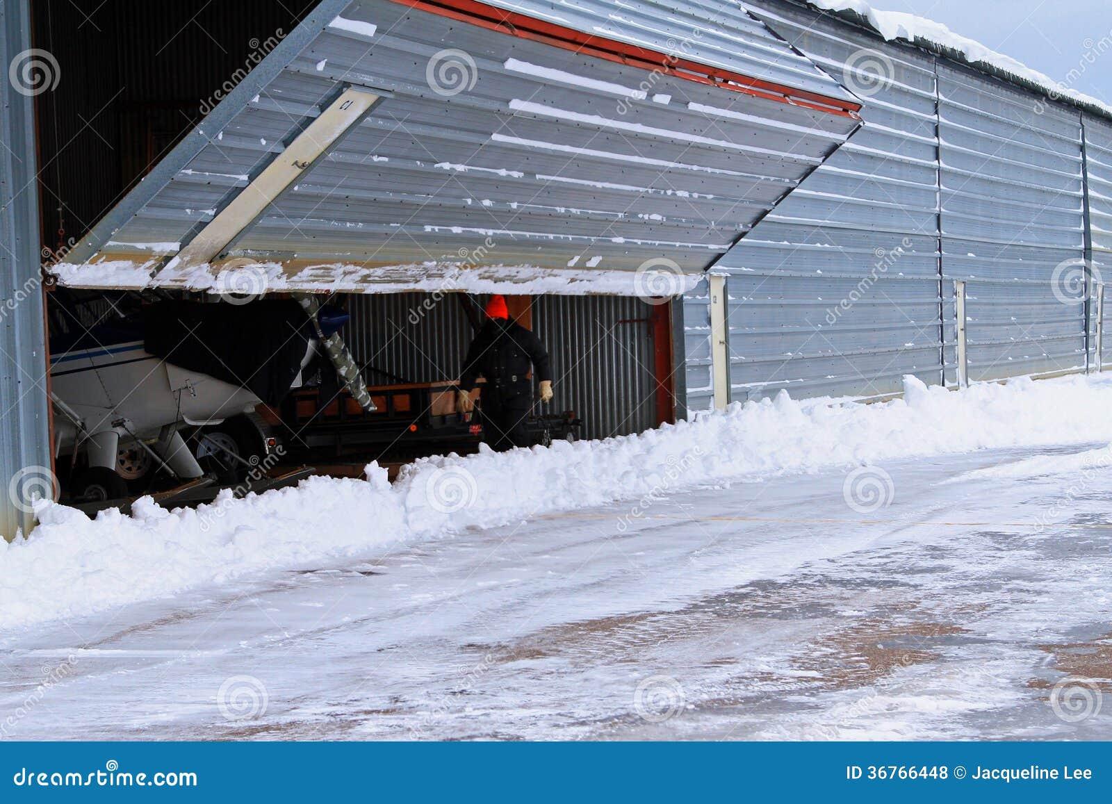 Neige de porte de hangar d 39 a roport d 39 ouverture d 39 homme for Porte hangar