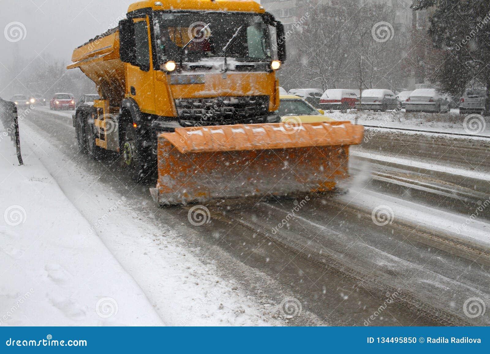 Neige propre d hiver de chasse-neige Chute de chute de neige importante dans la ville Neige et glace non nettoyées blizzard Le ch