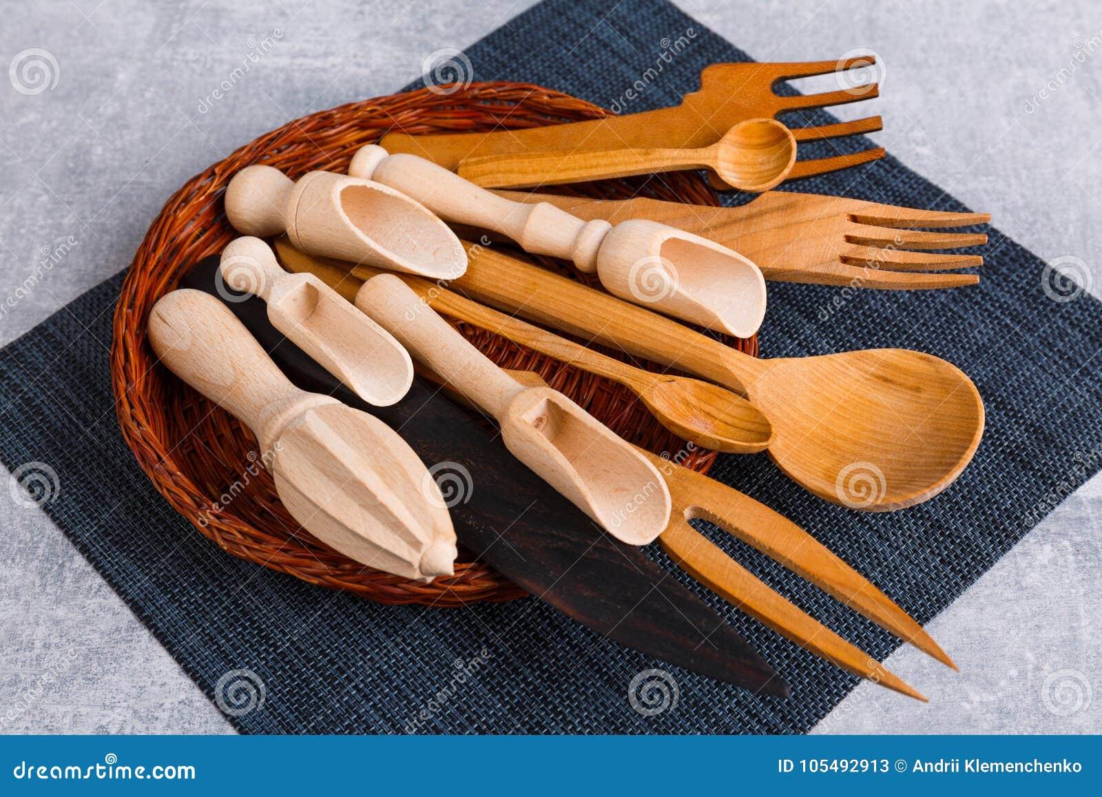 Nel canestro è un insieme di vari cucchiai, mestoli e forchette di legno