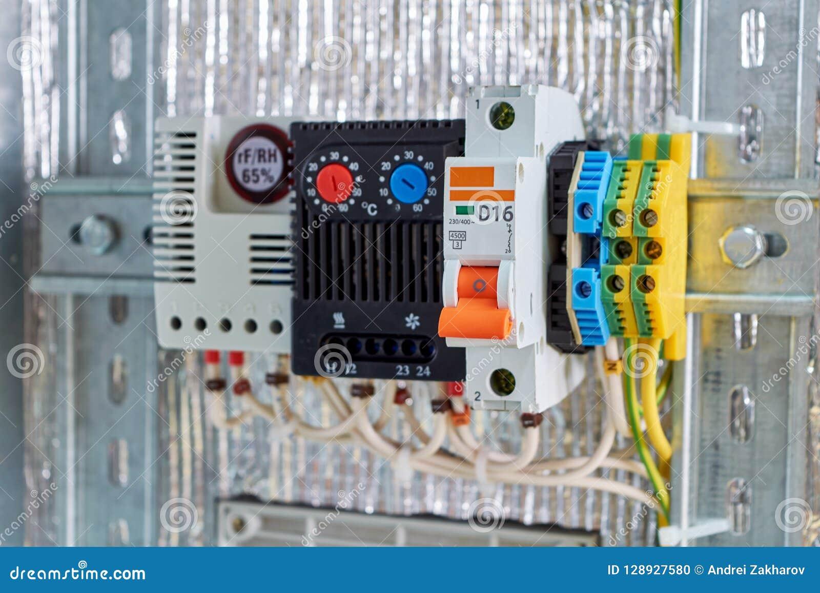 Nell interruttore elettrico del Governo, termostato, terminali