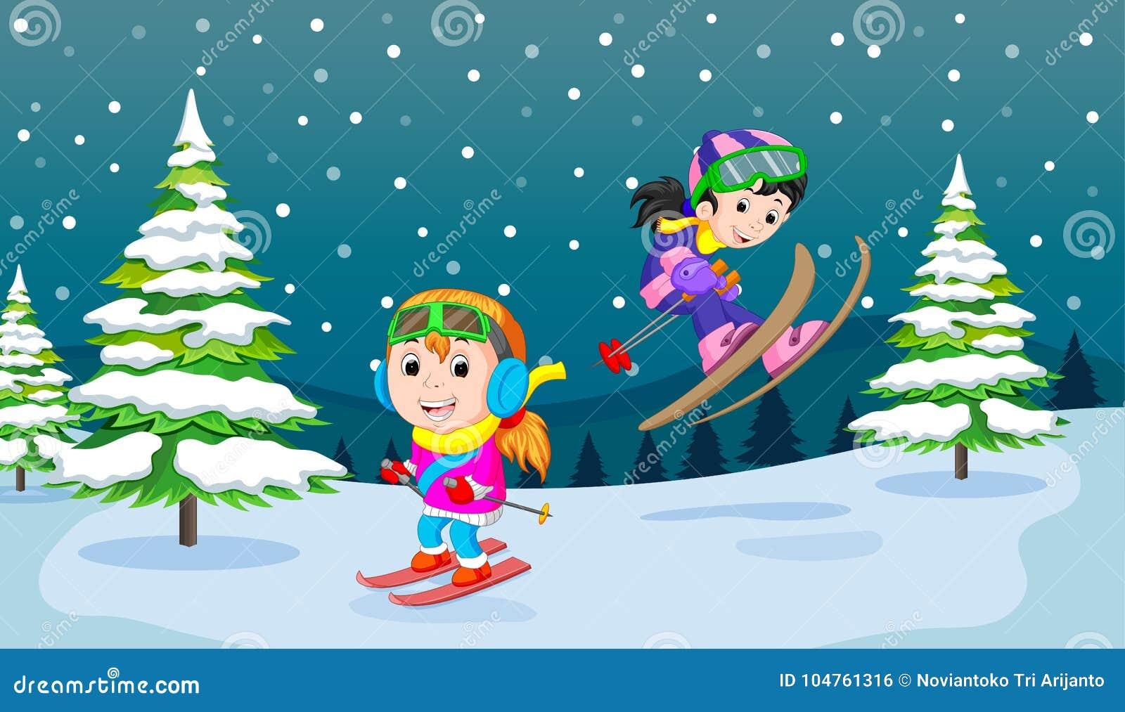 Nell inverno, i bambini giocano nella neve molto allegro