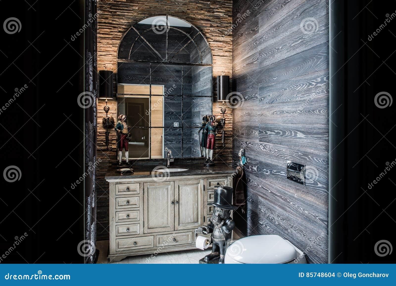 Nella Toilette Sono Lo Specchio Antico E Le Lampade Da