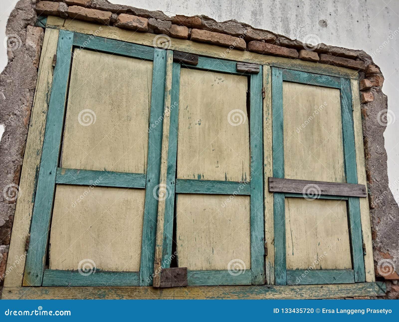 Nelle case con le vecchie finestre può essere raccomandato per fondo