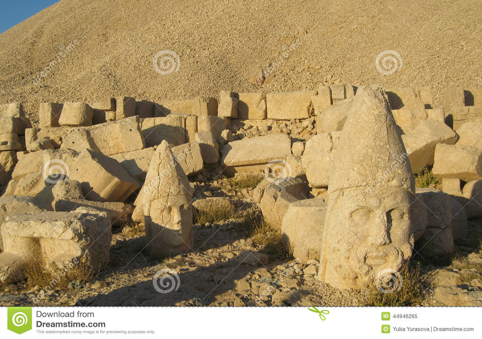 Nemrut Dagı Milli Parki, Mount Nemrut with ancient statues heads og the king anf Gods