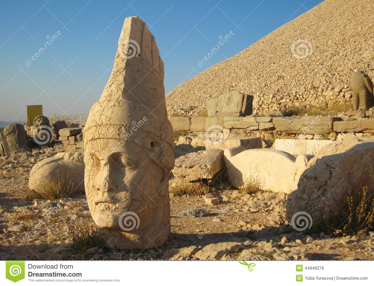 Nemrut Dagı Milli Parki, Mount Nemrut with ancient statues heads og the king anf Gods