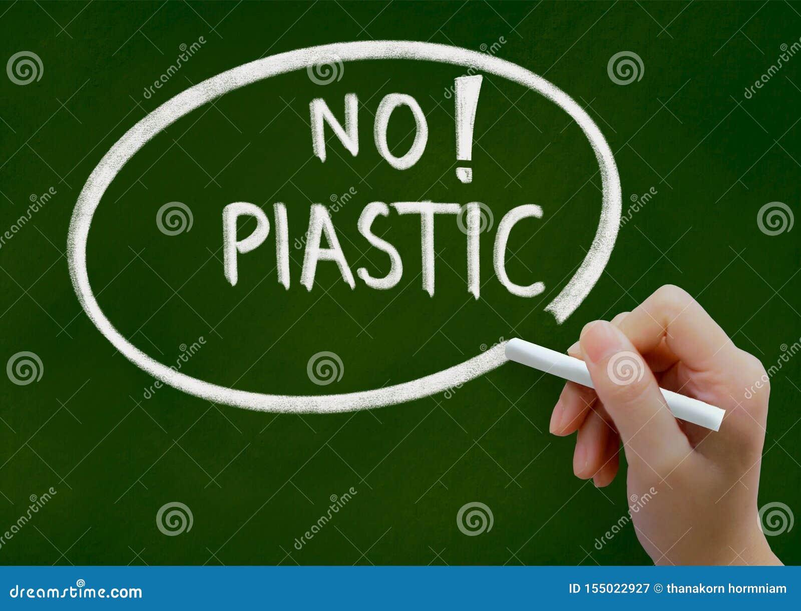 Nenhum conceito plástico do fundo no quadro verde