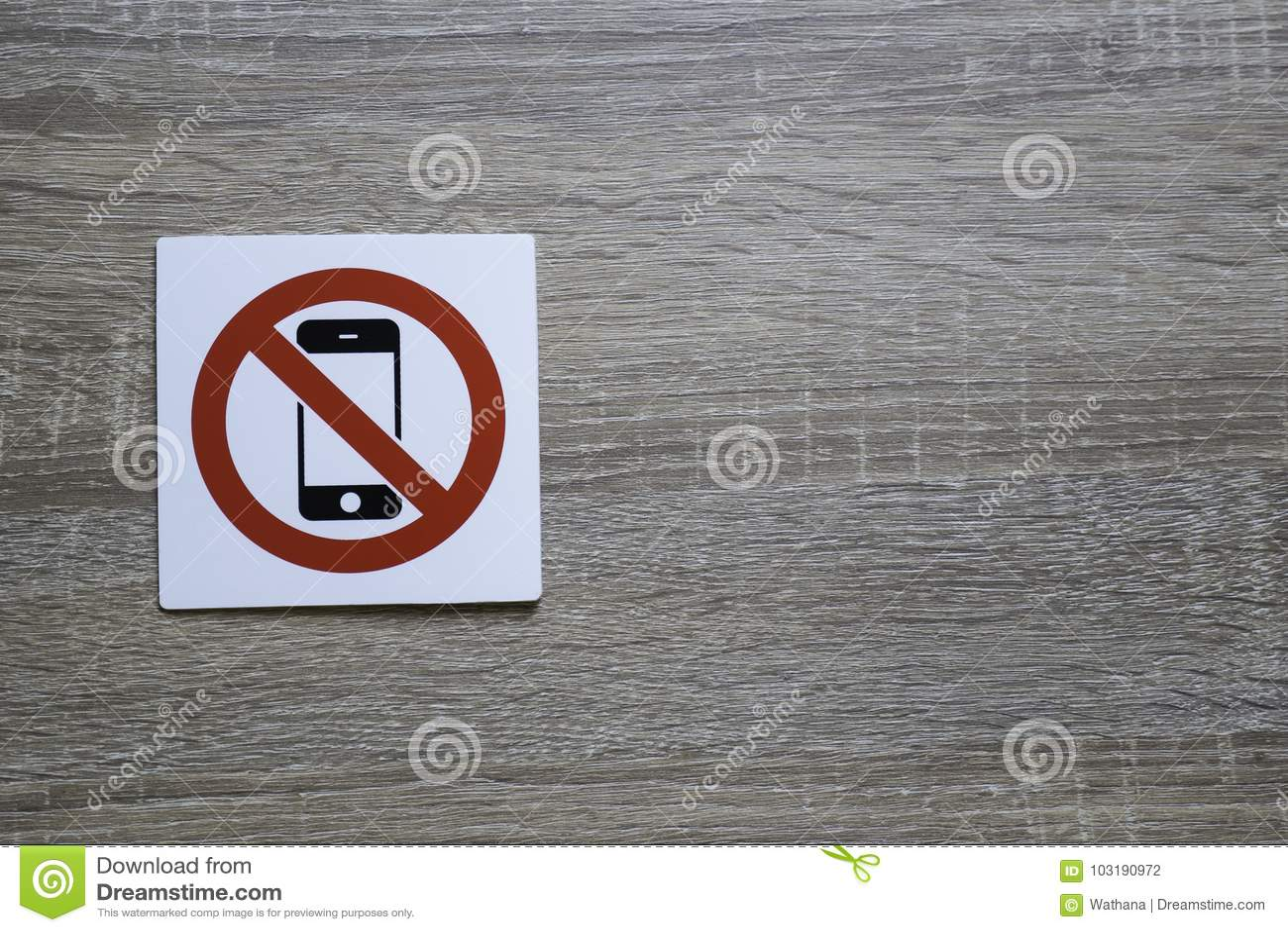 Nenhum telefone permitiu o sinal na parede de madeira com espaço para adicionar o texto à direita