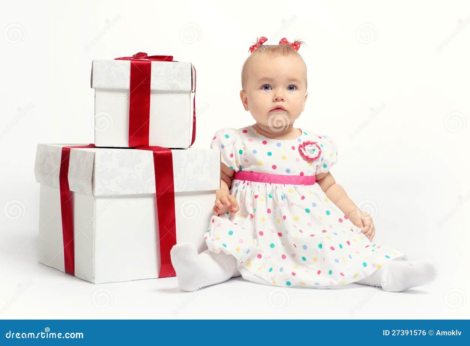 Neonata adorabile con due contenitori di regalo