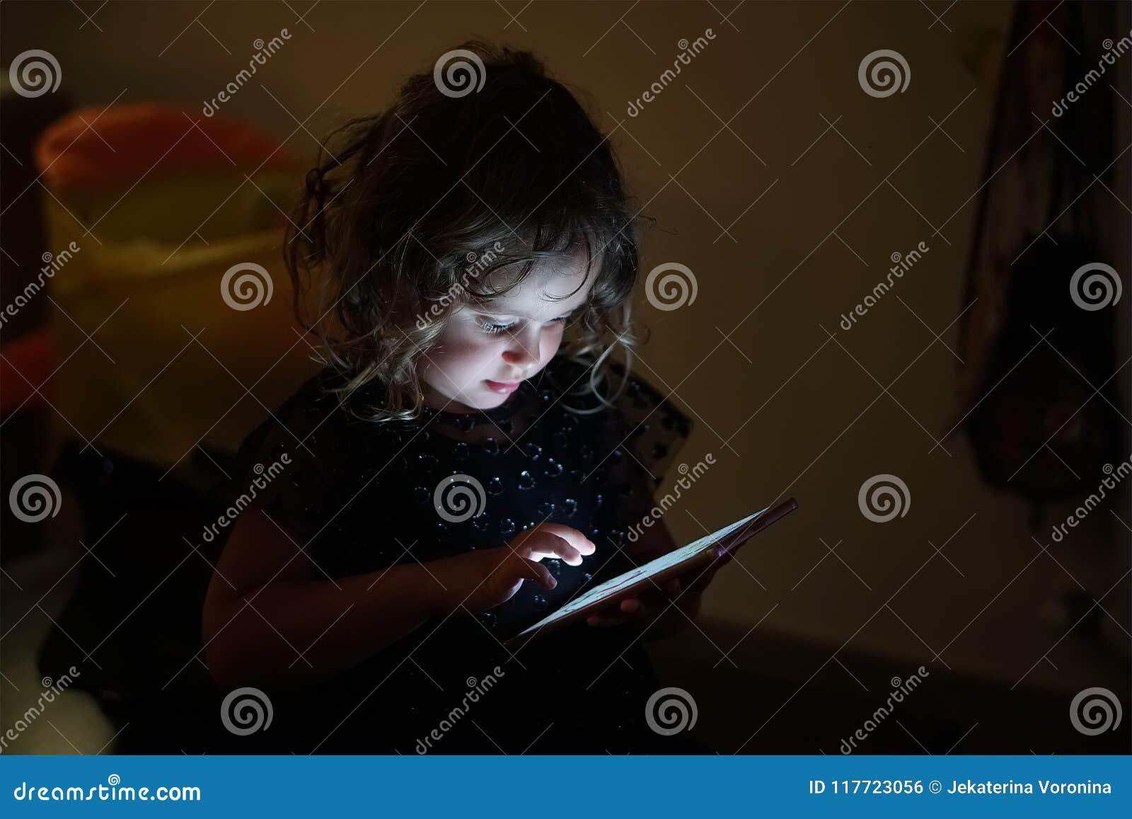 Neonata e telefono mobile