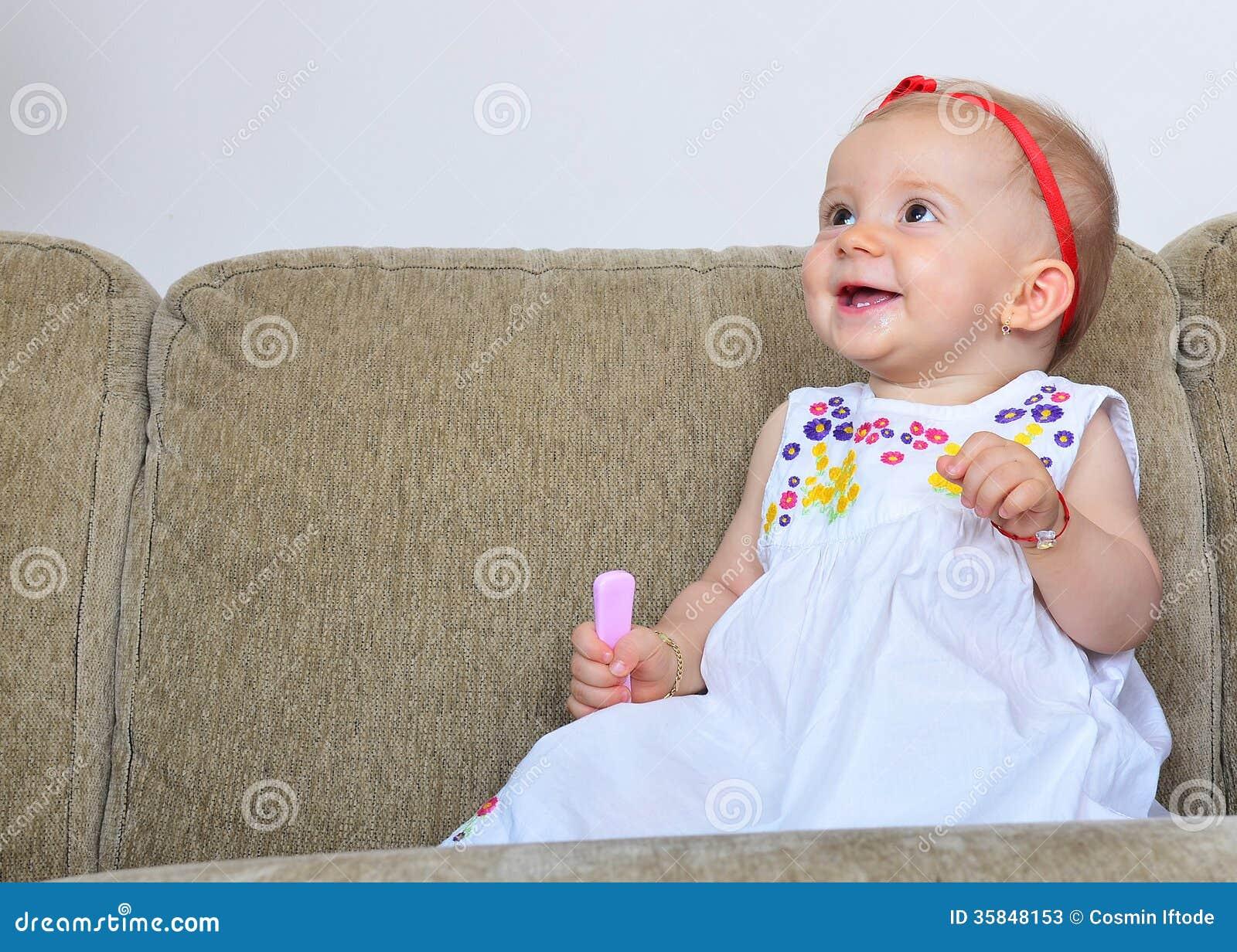 Neonata felice con la spazzola per i capelli