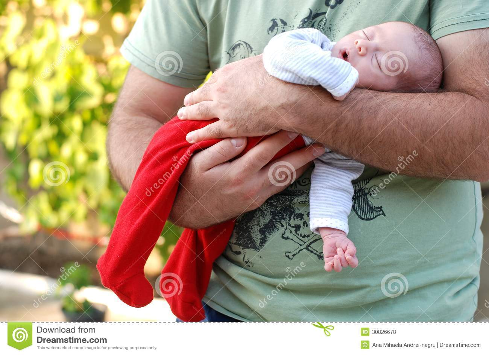 Neonata neonata che dorme nelle sue armi dei padri