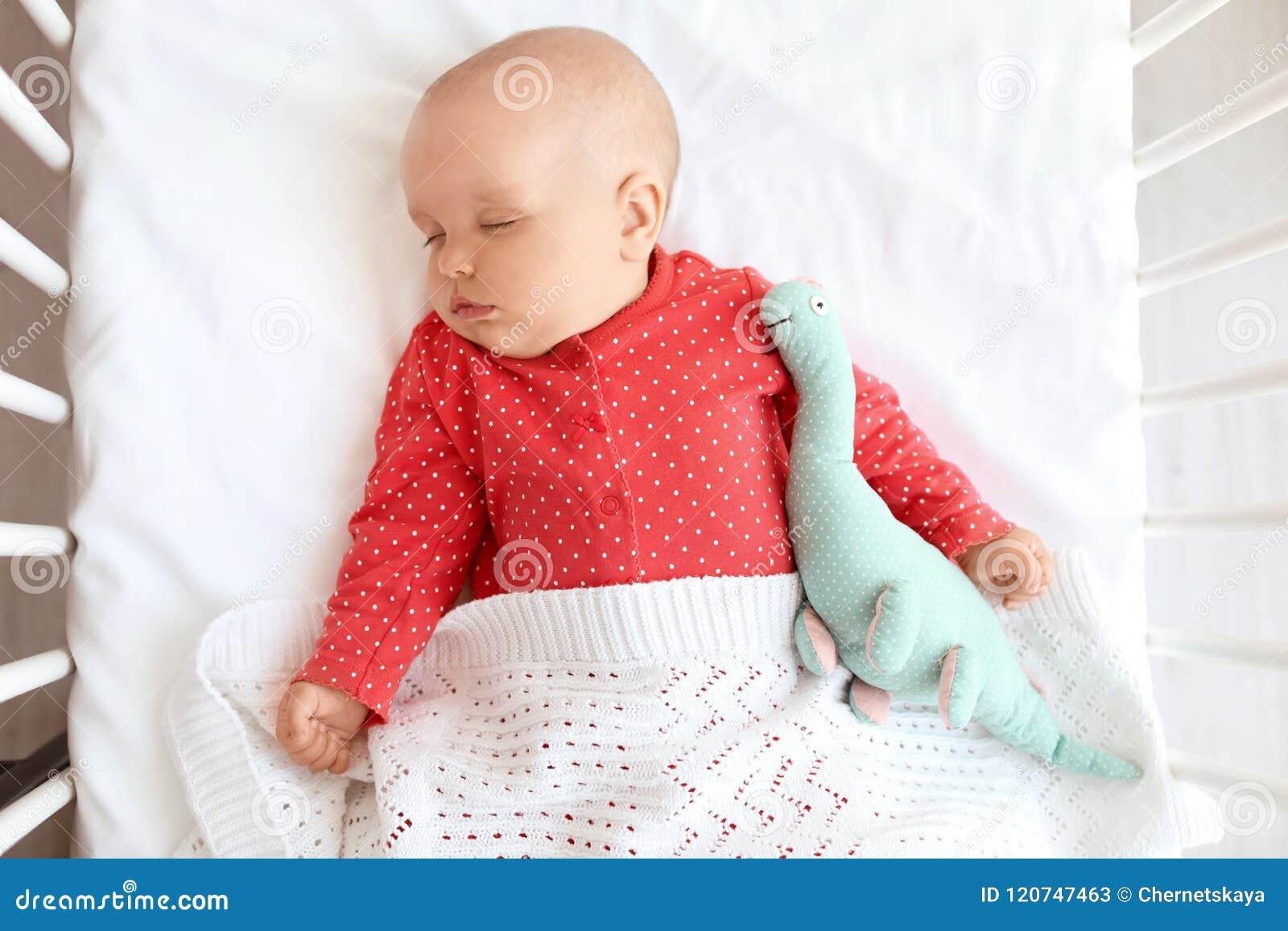 Neonata sveglia che dorme in greppia