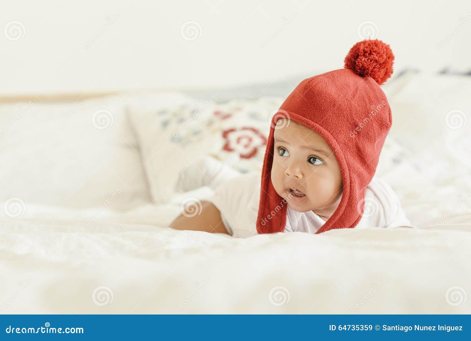 Neonata sveglia che si trova nella greppia