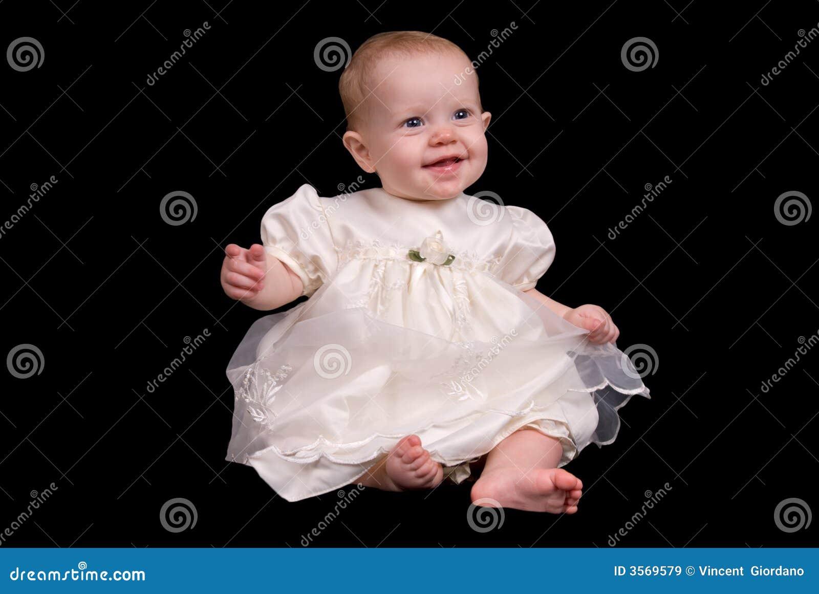 Neonata in un vestito bianco