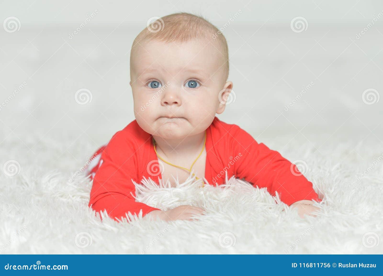 Neonato adorabile su fondo